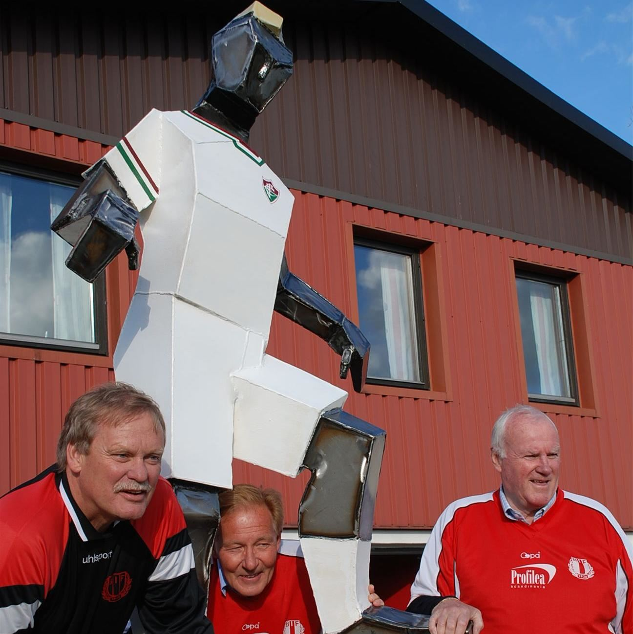 Joachim Orrenius, Bilden visar Hammarbyprofilerna Ronnie Hellström, Kenta Ohlsson och Karl-Evert YA Skoglund vid invigningen av Nackastatyn 2010 i Skåne. Notera att YA håller sin högra hand på sin brorsas känsliga och världsberömda vänsterdojja.