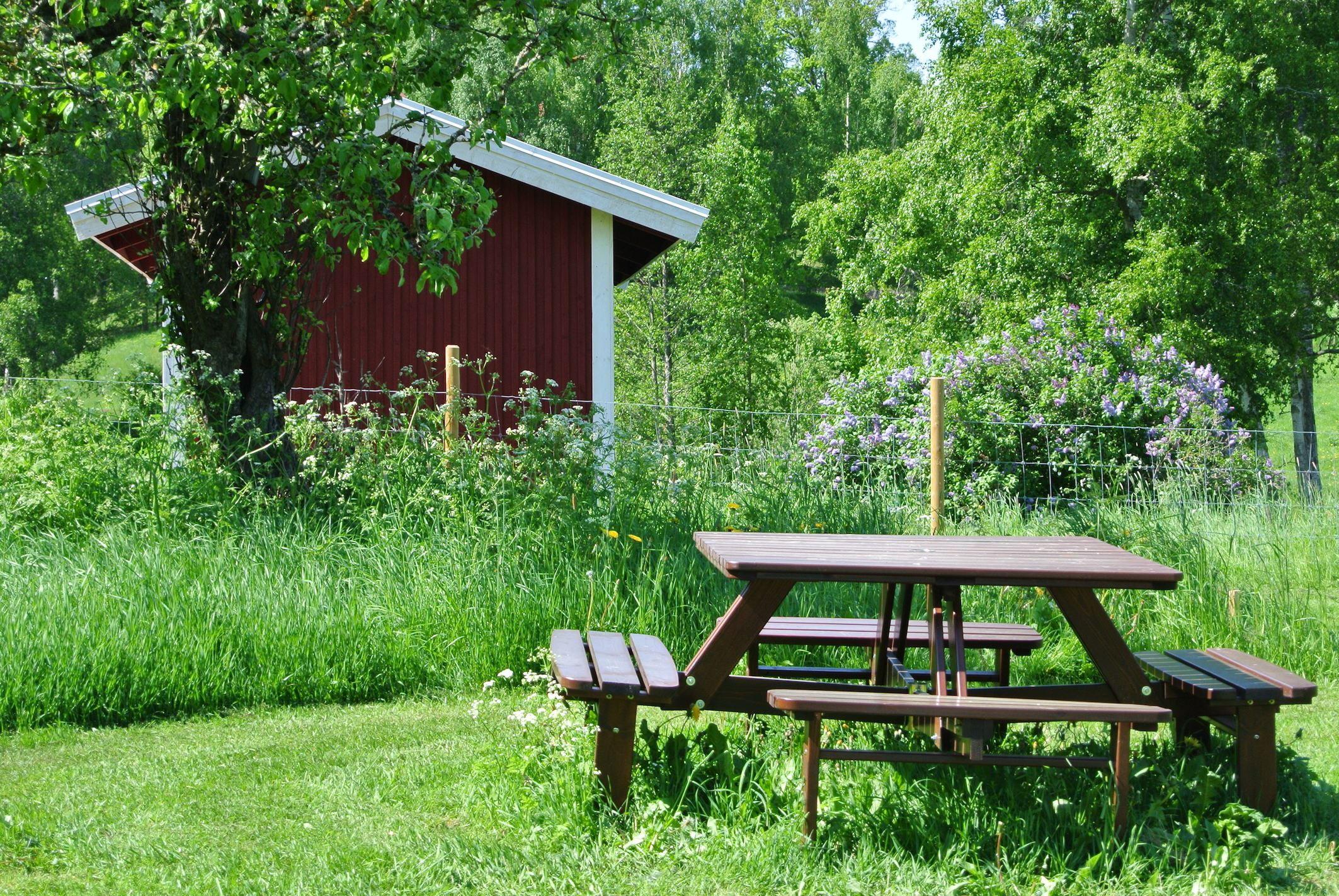 Riquette Verschoor,  © Lanthotell Lidhem, Picknickbänkar och grillplats i trädgården