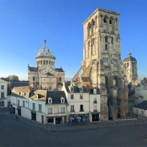 La Tour Charlemagne, belvédère sur la ville en soirée