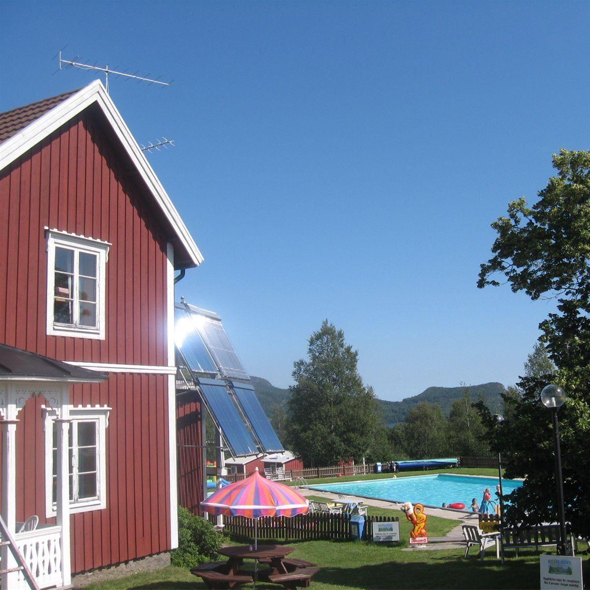 I anslutning till  Kustladans restaurang ligger docksta vandrahem och camping med pool, hoppborg och minigolf. På fredagar anordnas dans på logen hela sommaren.