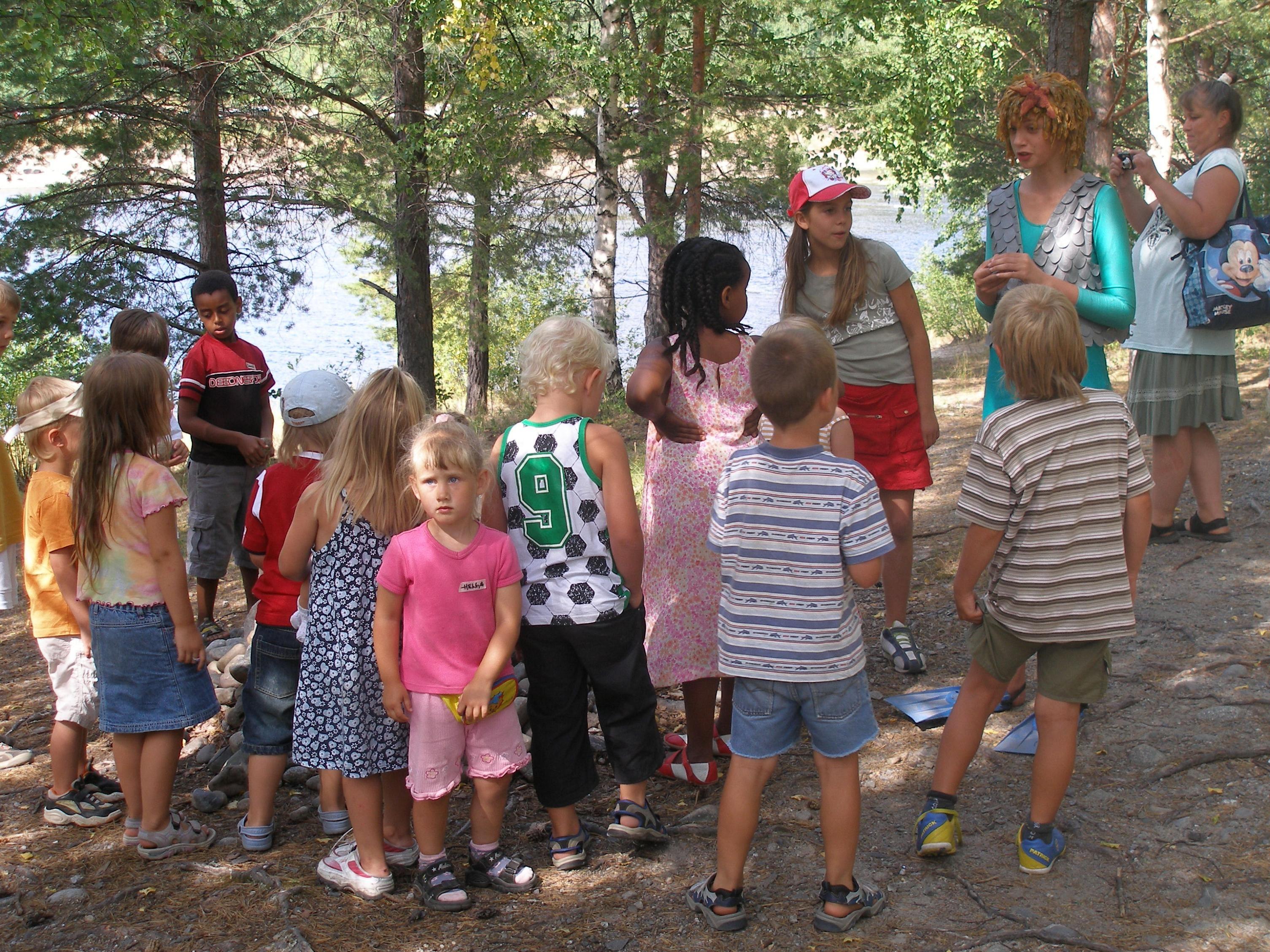 Media Lupus, Laxe informerar barnen att inte skräpa ner i vattnet och älven.