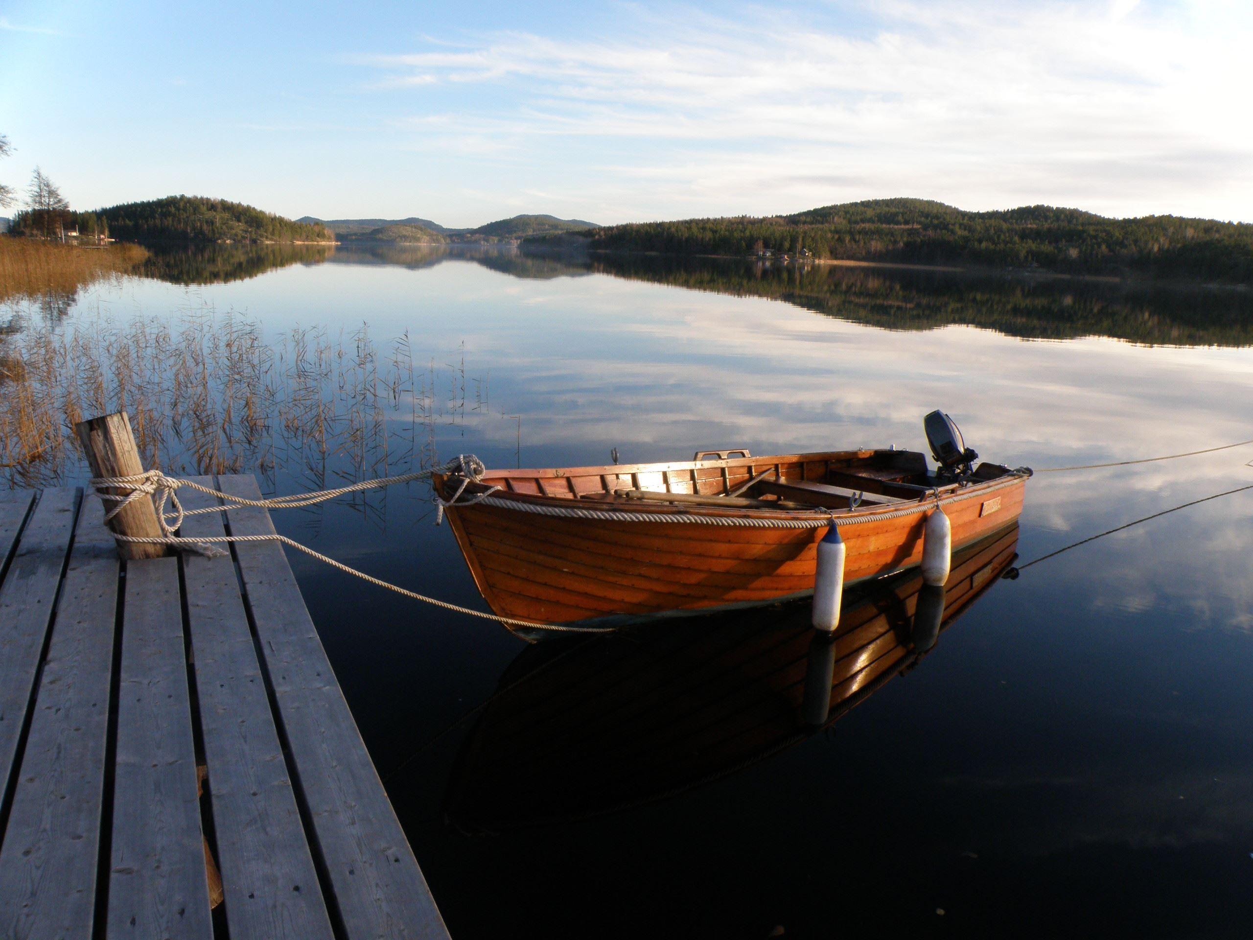 I sjöbodarna på bryggan finns enklare logi och på norafjärden går det att ta sig ut både med båt och kanot som man kan låna från utviksgården