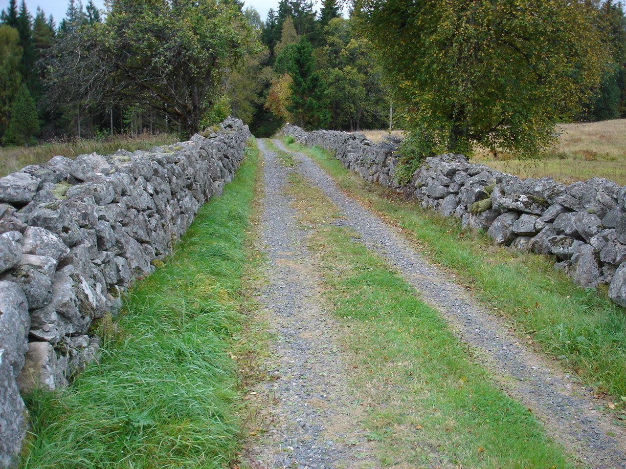 © Simontorp Konsult AB, Grusväg med stenmur i Simontorp