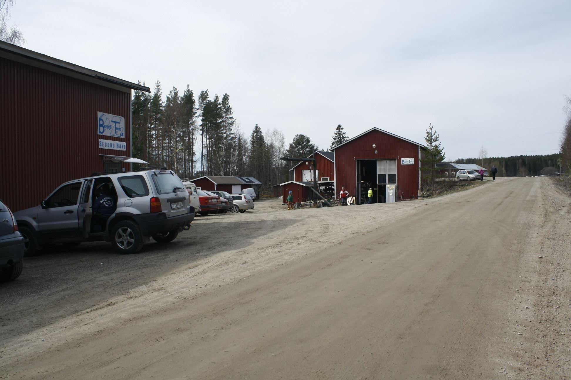 Björn Isaksson, Två hus med begagnade prylar