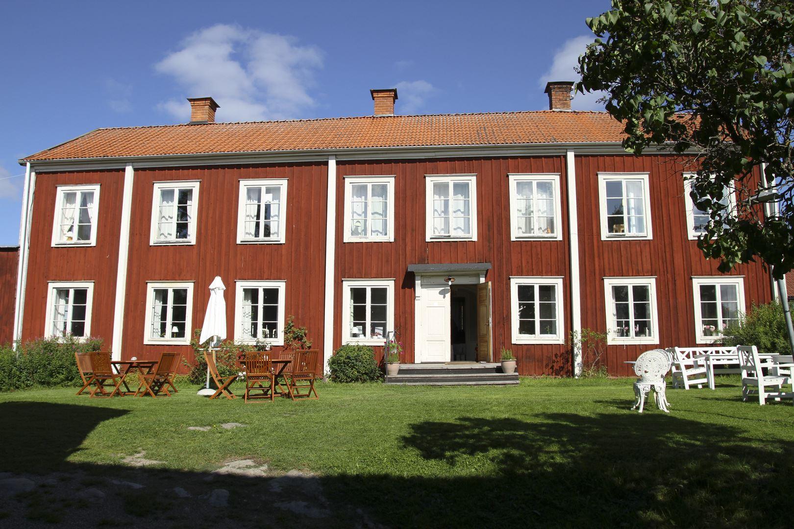 Stora huset med platser ute och inne ochboende på övre planet