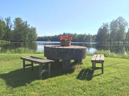 Annie S, Fikaplats vid sjön