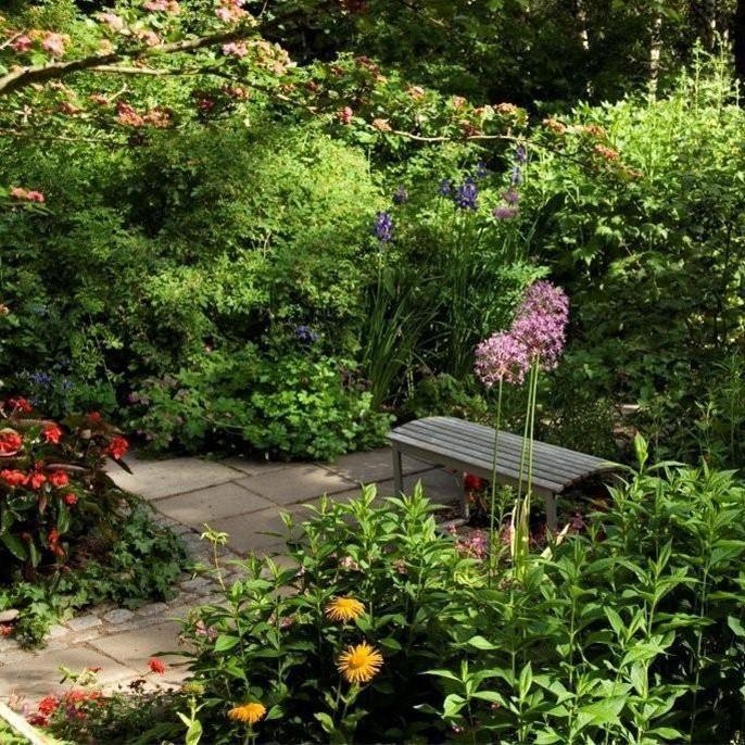 Foto: Maria Schibbye, Länets vackraste trädgård ligger i Hyndtjärn, Salsåker, Nordingrå. I besöksträdgården samverkar byggnadernas arkitektur med landskapsarkitekturen.