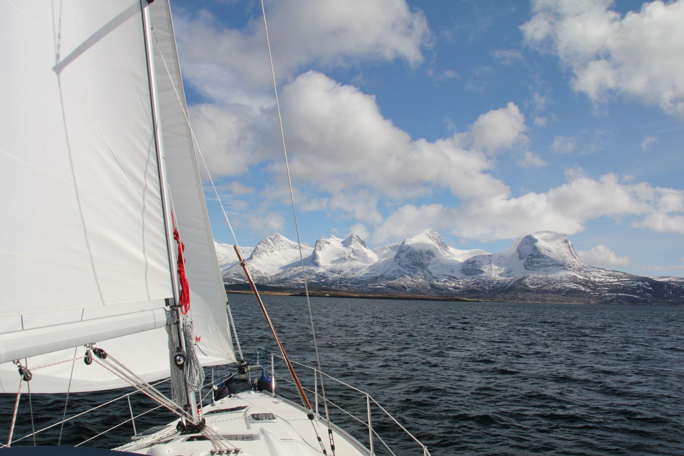 Arctic Circle Sail Charter,  © Arctic Circle Sail Charter, På seiltur langs Helgelandskysten