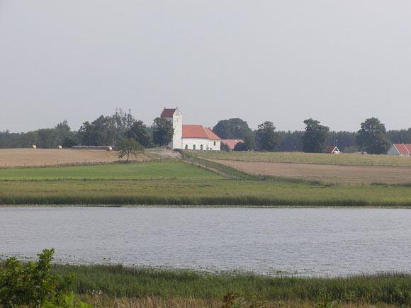 Fotograf: Sven-Erik Magnusson , Lyngsjö kyrka med Lyngsjön i förgrunden