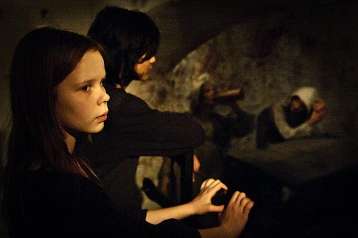 Mats Fallqvist,  © Sveriges Fängelsemuseum, Två unga besökare tar del av utställningen i Slottshäktet.