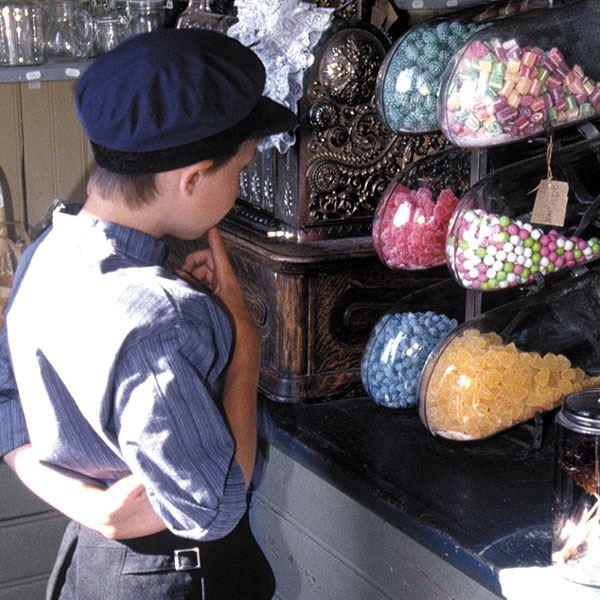 Foto: Jamtli,  © Copy: Jamtli, En pojke som står och ska välja bland gammaldags godis på Jamtli.