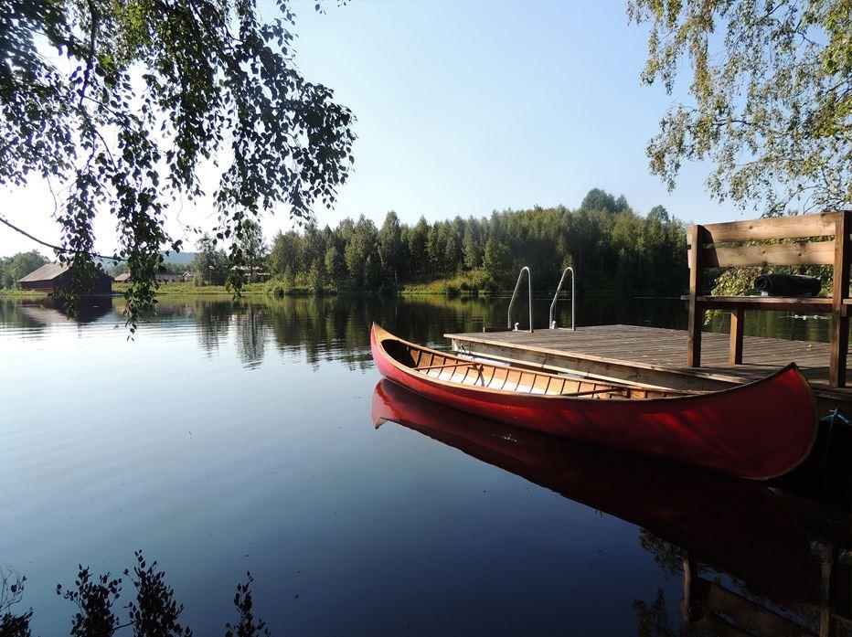 Sam Lormans,  © © 2014 Stilleben AB, Tillgång till en egen kanot samt en privat liten brygga med badmöjligheter i sjön Hammardammen.