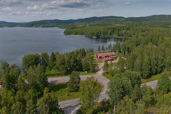 Edsleskogs Wärdshus med sjön Edslan i bakgrunden