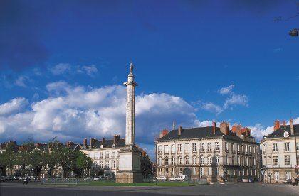 © lvan, place Foch à Nantes (souvnet dite place Louis XVI)