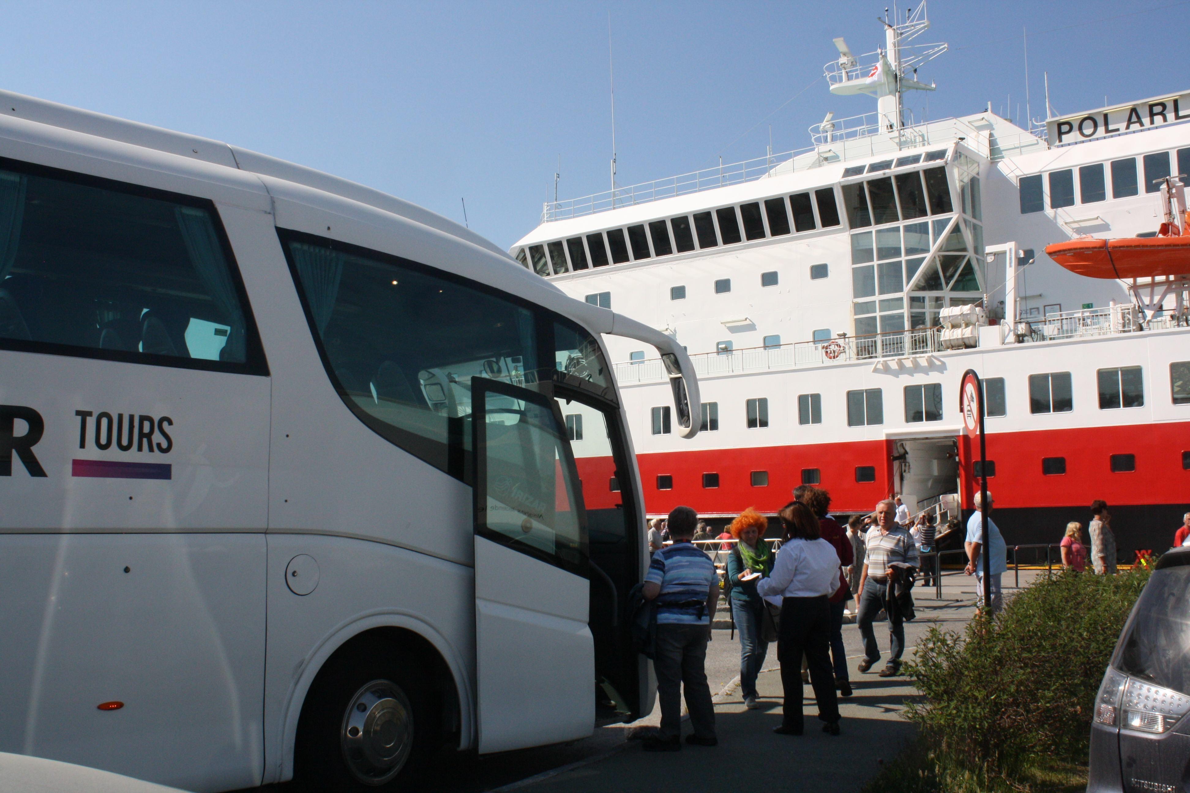 Hurtigrute og buss på kaia i Bodø