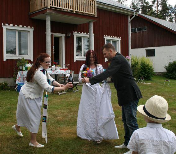 Karin Sandstöm, Tina och Mattias blev brudparet Lindberg. Midsommar 2014 i Sörböle.