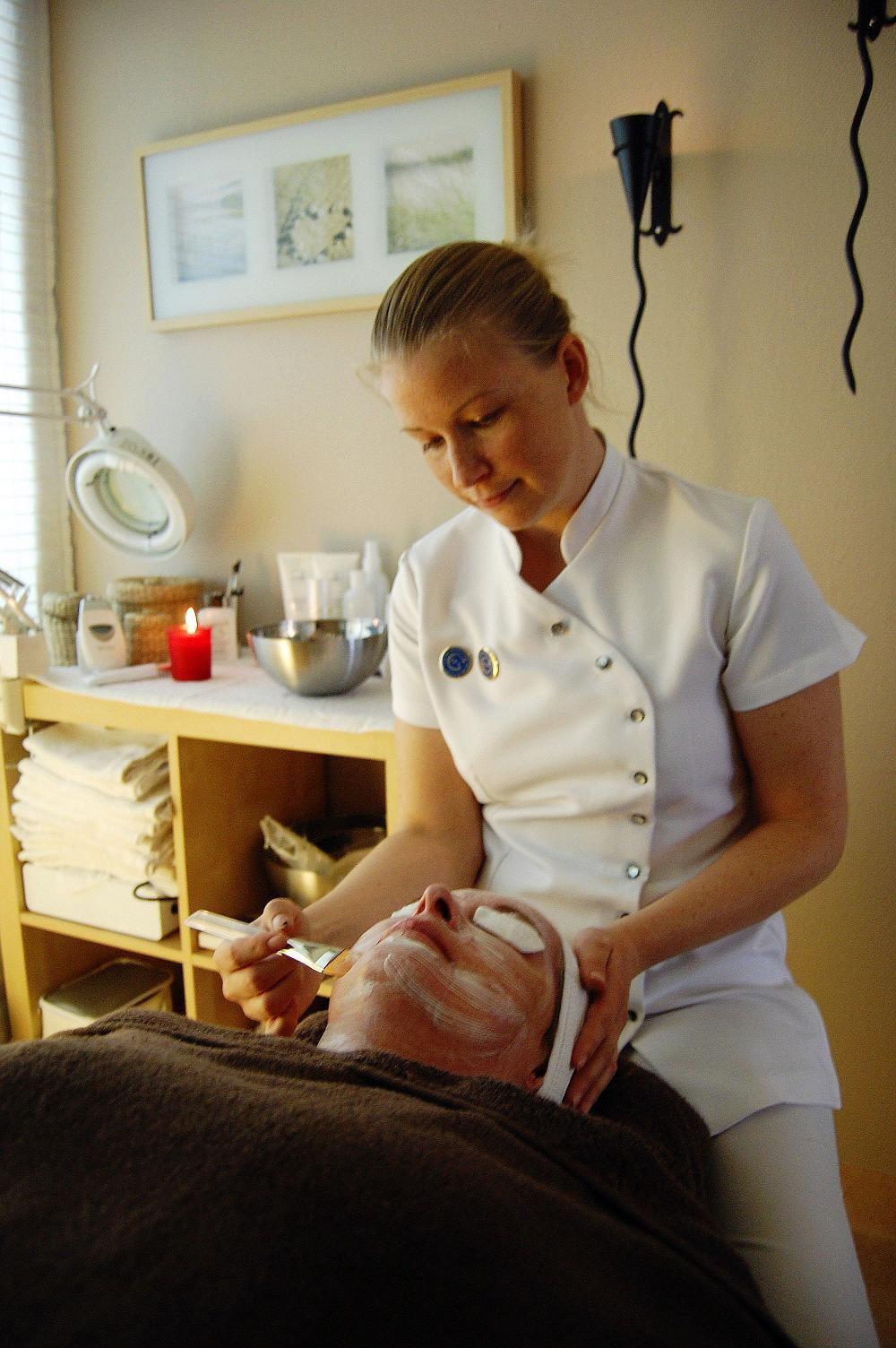 Sara på Ekospa utför en ansiktsbehandling