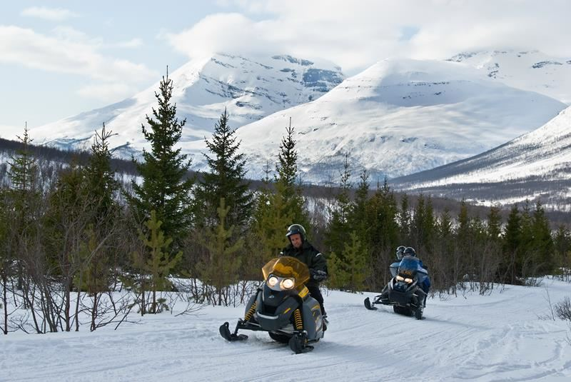 © Lyngsfjord Adventure - Snøscootertur, Northern Lights Snowmobile Safari Camp Tamok - Lyngsfjord Adventure