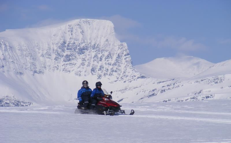 © Lyngsfjord Adventure - Snøscootertur, Snowmobile Safari Camp Tamok