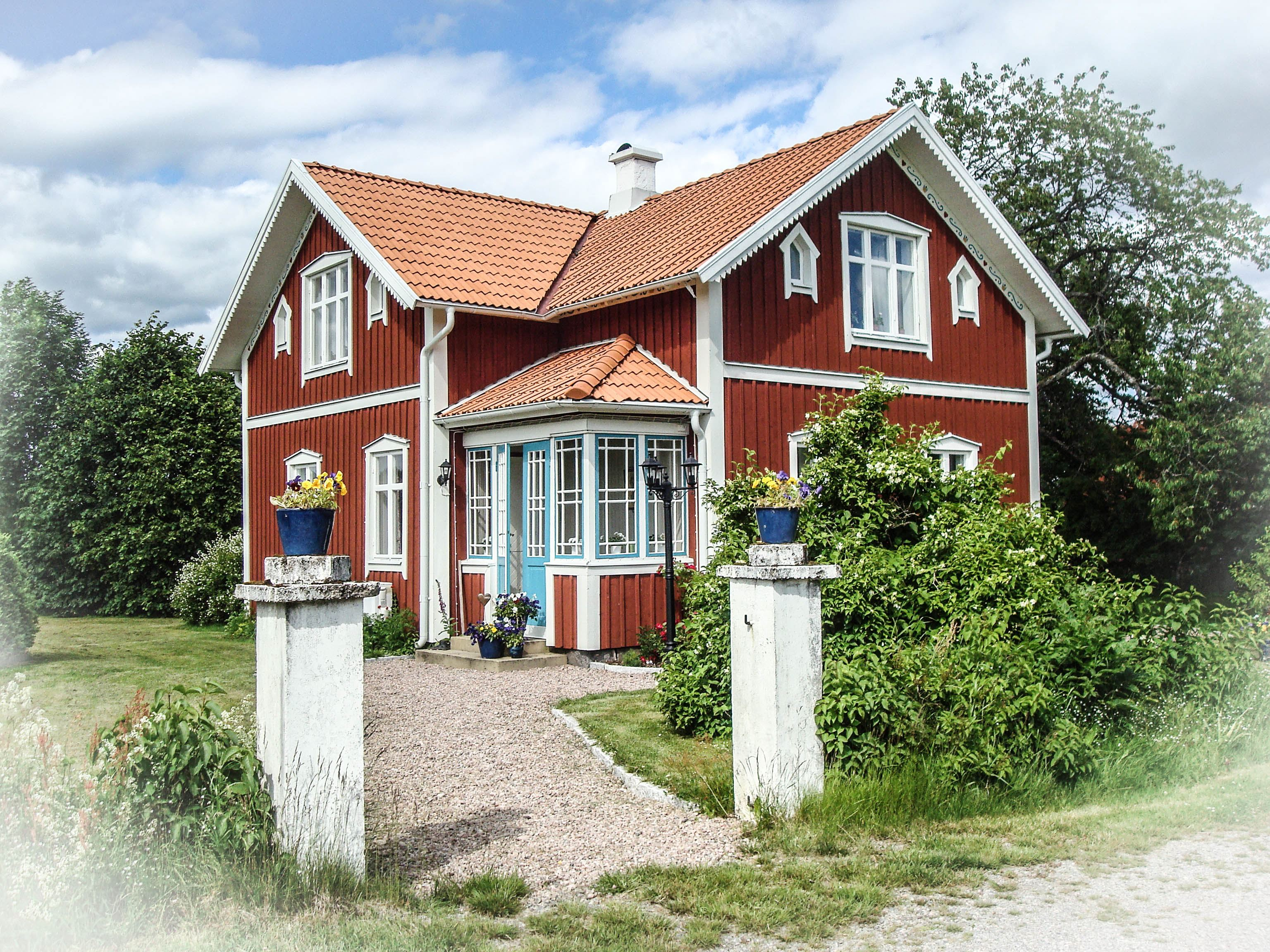 Classic Red Wooden House in Löbbo