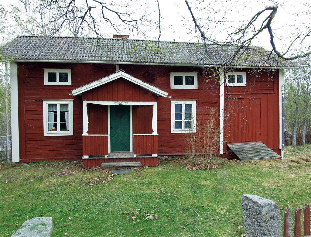 Mormors stuga på ursprunglig plats. Donerades till hembygdsföreningen 1973.