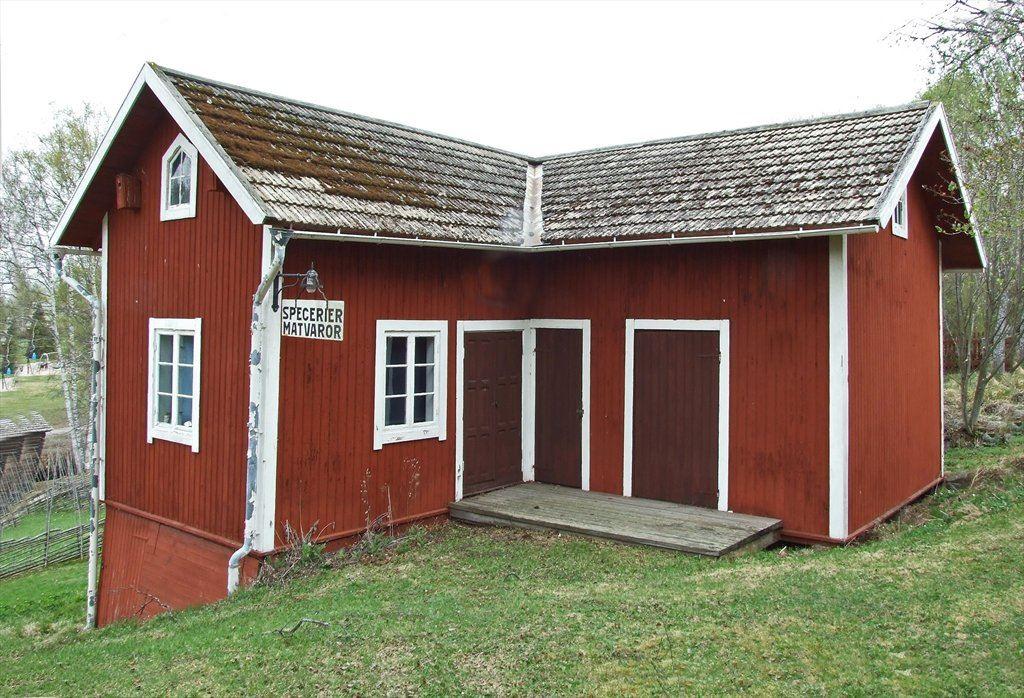 Morsbacka handel. Uthus till mormor-stugan, innehållande inredning från lanthandel. Donerades till hembygdsföreningen 1973. Var ursprungligen mangelbod, vedbod och dass.