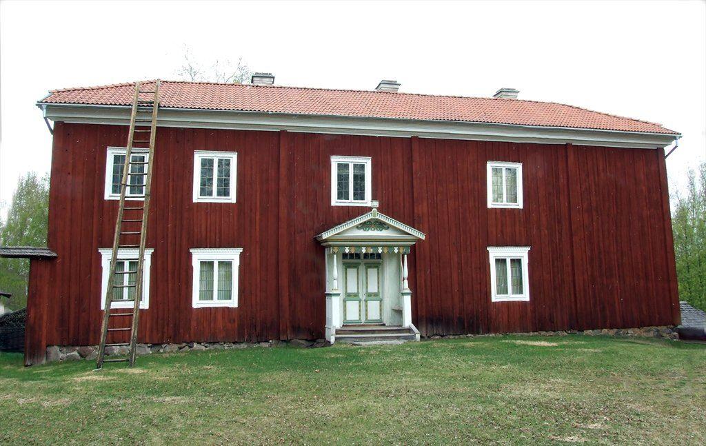 Storbyggningen. Bostadshus, Mårtes. Troligen byggd som enkel ryggåsstuga under 1600-talet, ändrad och tillbyggd under årens lopp. Huset flyttat till platsen från andra sidan vägen under 1921. Takmålningar från 1765. Tillbyggd med övervåning 1832 varefter ytterligare målningar tillkom. Har både dalmåleri och hälsingemåleri, det senare ev. utfört av Jonas Hertman.