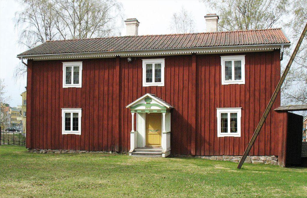 Sommarstugebyggning. Flyttad från Espes i Västra Edsbyn 1924. Väggmålningarna av Björ Anders Hansson. Där är föreningens vävstuga. Brokvist daterad 1825 och 1838.