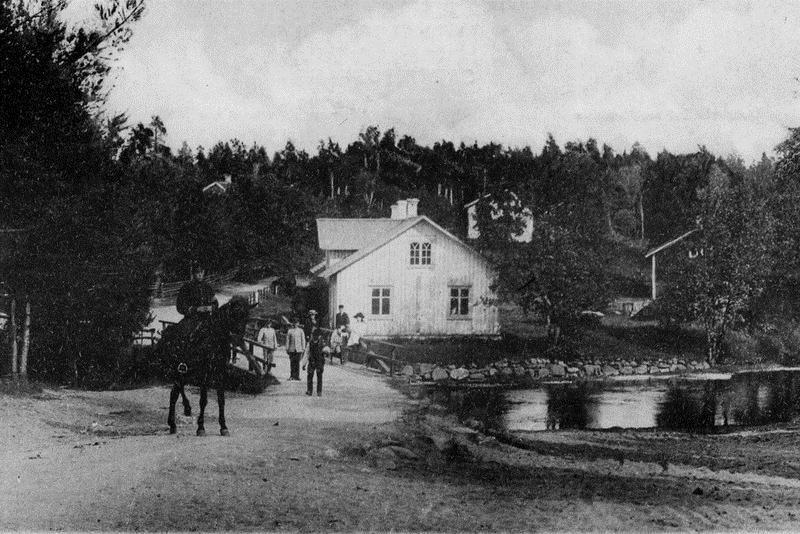 © Upphovsman: Ola Hugosson Upphovsrätt: Creative Commons , Garvarens bostad öster om ån som var gräns mot Västra lägret. Fotot troligen från ca 1910