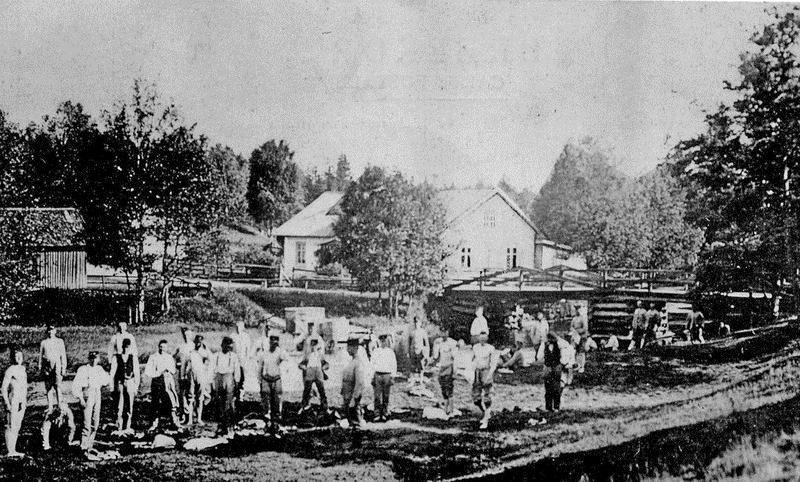 © Upphovsman: Ola Hugosson Upphovsrätt: Creative Commons, Väster om ån hade militärerna sin badplats. Foto troligen 1914.