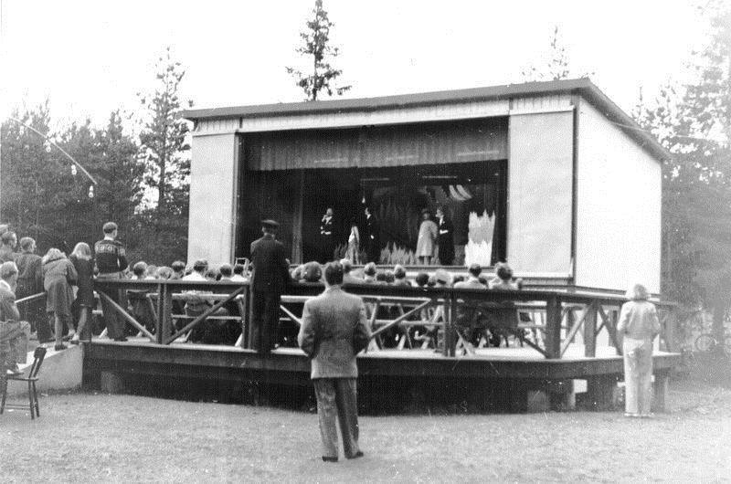 © Upphovsman: Ola Hugosson Upphovsrätt: Creative Commons, Första byggnaden med dansbana utan tak. Bild från Bertil Petterssons samling.