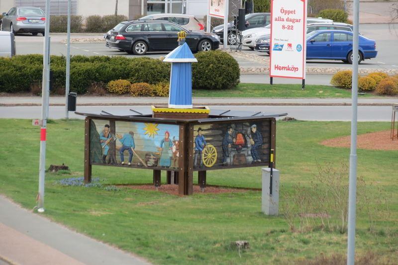 © Upphovsman: Ola Hugosson Upphovsrätt: Creative Commons , Kung Oscar placerad över folket, som skildras på fyra stora reliefer. Verket renoverades 2014 och fick då en central plats i Skillingaryd.