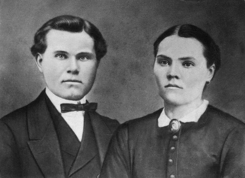 © Upphovsman: Upplagd av Camilla Appelqvist Upphovsrätt: Creative Commons, Makarna Anders (1842-1919) och Johanna (1852-1910) Svensson. Anders uppförde 1909 boningshuset på Kanshestraryd.