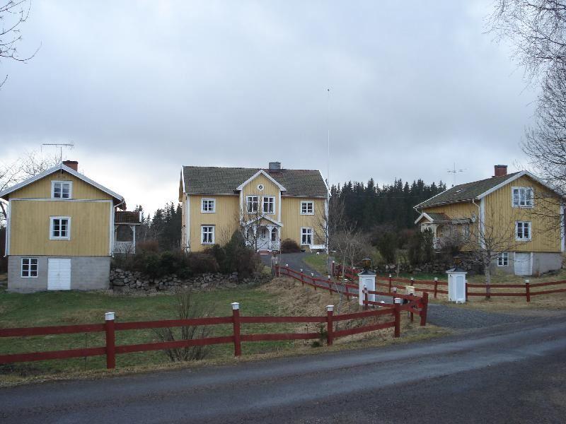 © Upphovsman: Ola Hugosson Upphovsrätt: Creative Commons, Bostadshuset i mitten från 1894 med 2 flygelhus. Flygeln till höger är från 1882 och har varit snickeriverkstad, numera ombyggd till helårsbostad. Vänstra flygeln är nybyggd och uthyrs till turister
