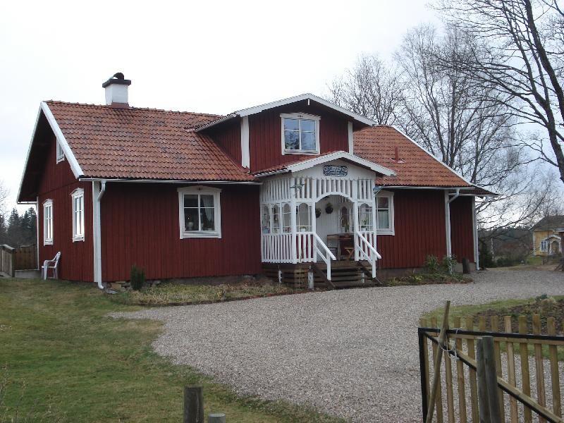 © Upphovsman: Ola Hugosson Upphovsrätt: Creative Commons, Uppfört 1901 och brukat som frikyrkolokal i 100 år. 2003 ombyggt till permanentbostad.