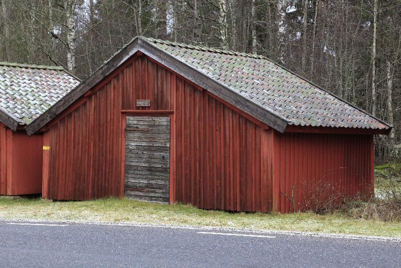 © Upphovsman: Foto Ingemar Pettersson Upphovsrätt: Creative Commons, Ett stall Detta stall tillhör Nässja Östergård och Klevshult. Se skylt över dörren
