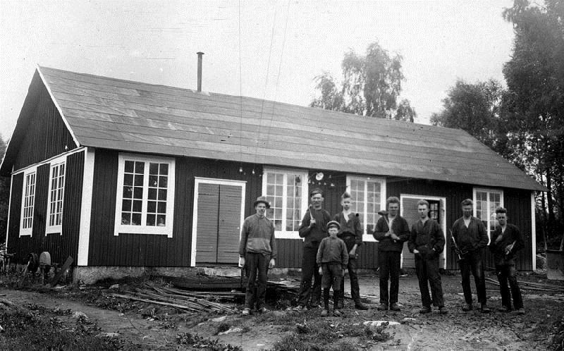 © Upphovsman: Ola Hugosson Upphovsrätt: Creative Commons, Verkstad och smedja Smedjan och träverkstaden i Gisslaköp är byggd 1925. Bilden är från slutet av 1920-talet
