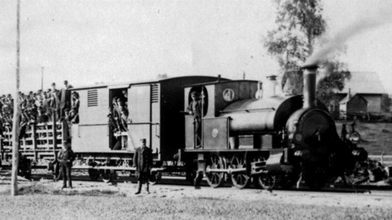 © Upphovsman: Gävle järvägsmuseum, Lok nr 1 trafikerade järnvägen Halmstad- Nässjö. Här en soldattransport 1895 i Skillingaryd