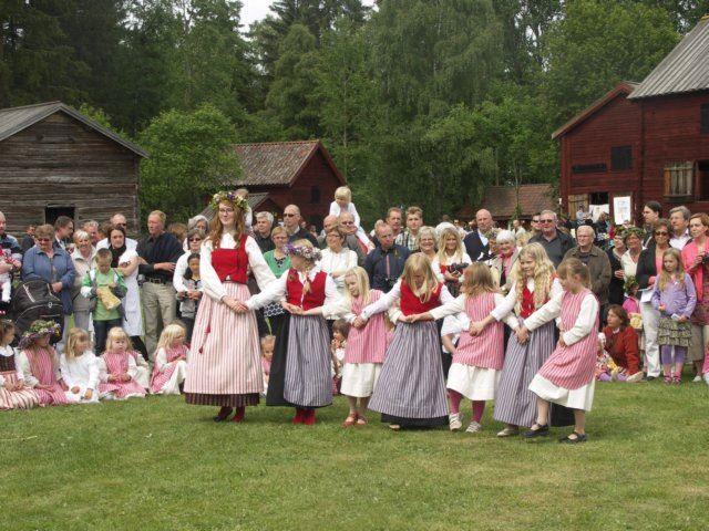 Jan-Åke Malmqvist,  © Jan-Åke Malmqvist, Midsommarfirande på Forsa forngård i Fränö