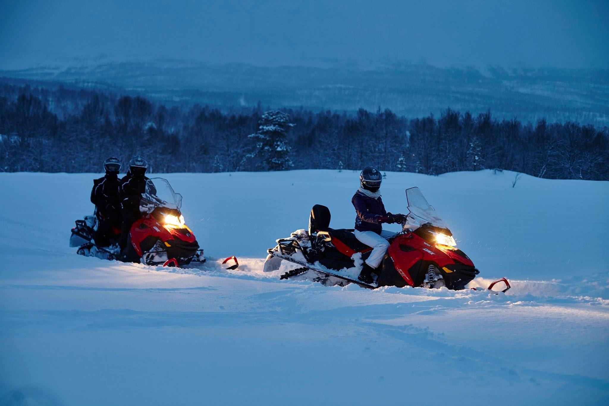 Snøscooter safari i de vakre Nord-Lyngen fjellene – Green Gold of Norway