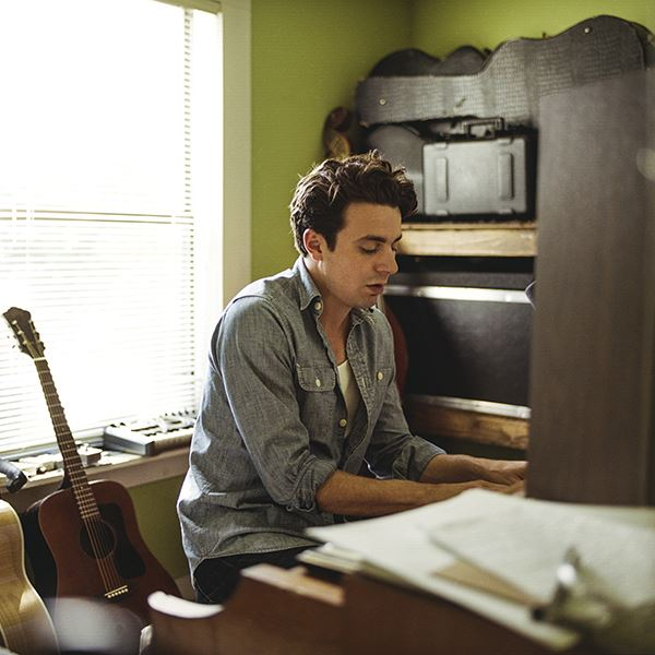 http://www.rootsylive.com/artist.asp?CArtist=4035,  © http://www.rootsylive.com/artist.asp?CArtist=4035, Joe Pug sitter vid ett piano