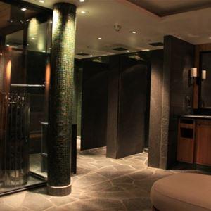 Duschavdelningen med bastu och speglar i mörk a färger.