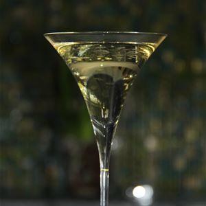 Närbild på ett glas med bubbel.