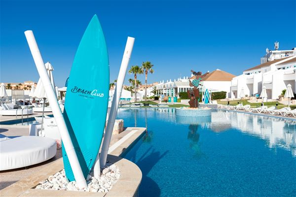 Poolområde på Hotell Casas Del Lago & Beach Club, Cala'n Bosch Menorca