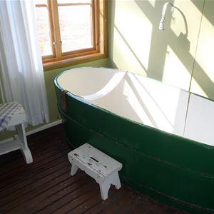 Ett gammalt träbadkar är bevarat från den tid då baderskor såg till att gästerna fick sina tångbad.