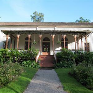 Societetshuset i Badortsparken byggdes 1837 i empirestil och är väldigt uppbokat under säsongen. 2015 renoverades huset – främst utvändigt – och nyligen belönades det med Uddevalla kommuns byggnadsvårdspris.