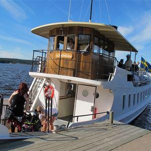 Skärgårdsbåtarna kör många turer till Gustafsberg på sommaren och är ett populärt sätt att ta sig hit. En fika på Snäckan eller en glass i Vandrarhemmets reception kan vara målet.