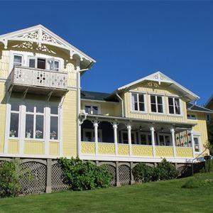 Syskrinet är bara ett av alla härliga hus med gott om snickarglädje på Gustafsberg.