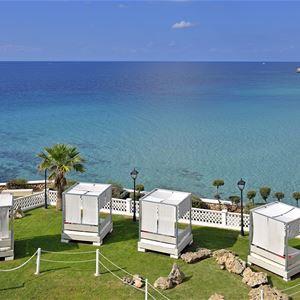 Balisolsängar på Hotell Sol Beach House, Santo Tomas Menorca