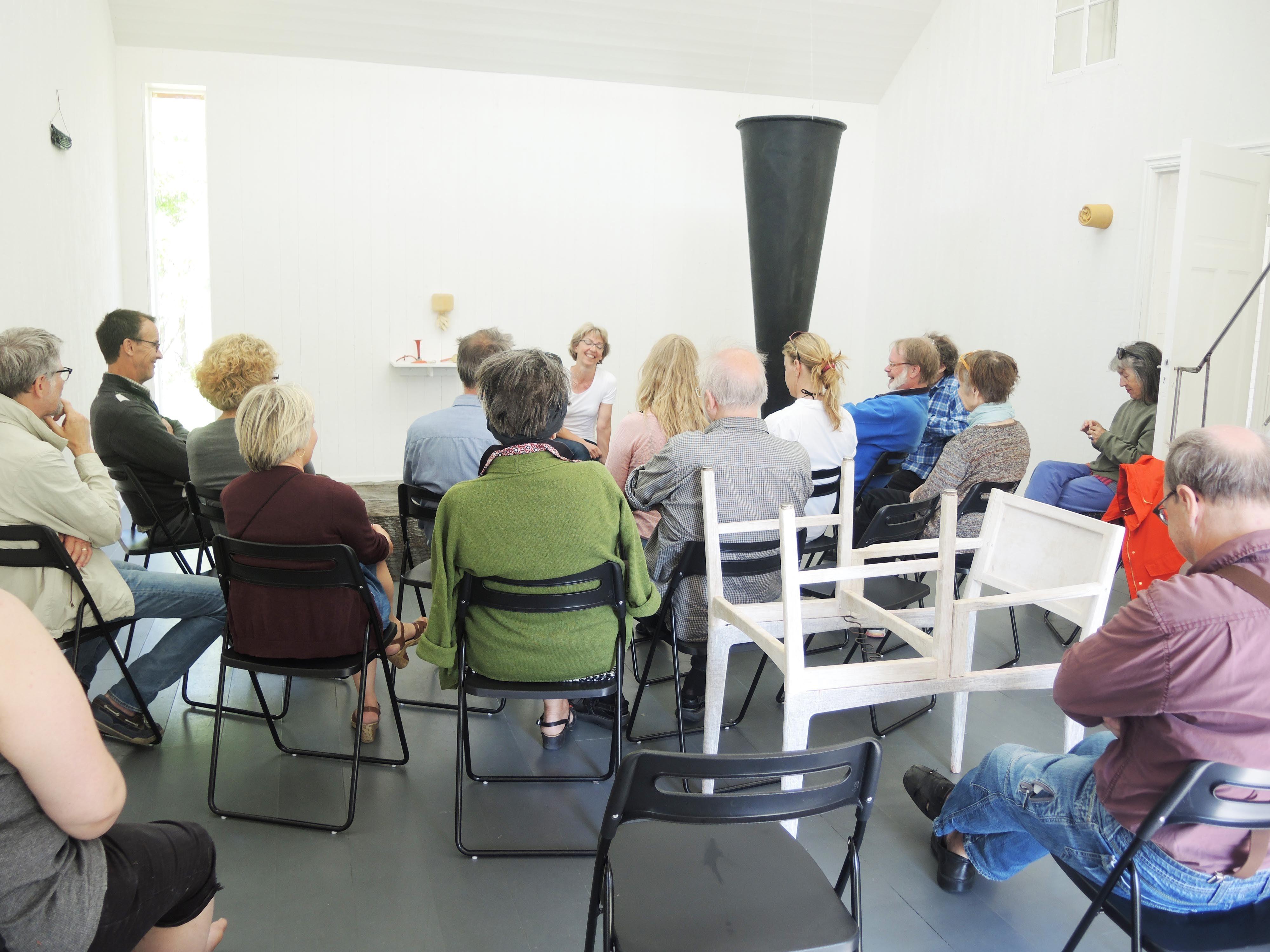 Katrin Zackrisson Caldeborg,  © Katrin Zackrisson Caldeborg, Anna Kristensen berättar under en kvart om sitt konstnärskap i utställningen Berit Lindfeldt
